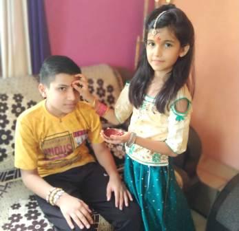 Raksha bandhan: बहना ने भाई की कलाई पे प्यार ...