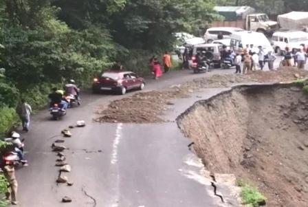 Landslide: भूस्खलन से देहरादून-मसूरी सड़क का लगभग 50 मीटर हिस्सा धंसा