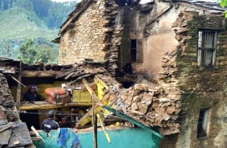 house collapse: मकान ध्वस्त होने से दो बच्चों समेत उनके पिता की दर्दनाक मौत