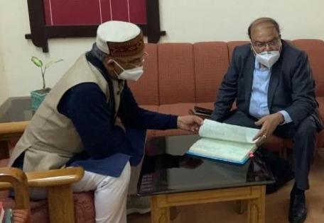 मुख्यमंत्री त्रिवेंद्र सिंह रावत का कमिश्रर कैंप कार्यालय का औचक निरीक्षण, अनियमितताओं पर लगाई फटकार