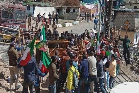 उत्तराखंड विधानसभा का बजट सत्रः विधानसभा का बजट सत्र आज से शुरू, पुलिस ने प्रदर्शनकारियों पर किया लाठीचार्ज