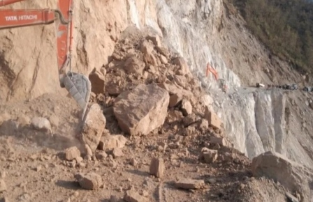 ऋषिकेश-बदरीनाथ राजमार्गः तोताघाटी में हुआ राजमार्ग बंद, यातायात किया डायवर्ट