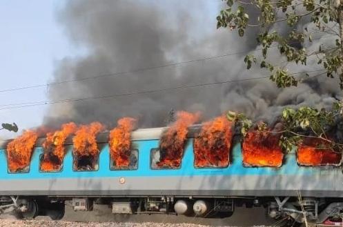 नई दिल्ली से देहरादून आ रही शताब्दी एक्सप्रेस के कोच में लगी आग