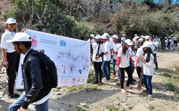 नमामि गंगे कार्यक्रमः पीजी कालेज नई टिहरी के छात्रों ने छमुण्ड में चलाया स्वच्छता अभियान