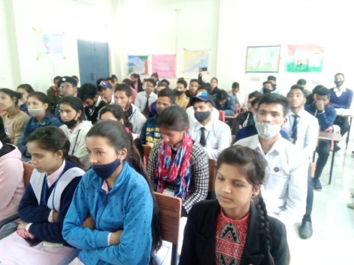 राजकीय महाविद्यालय बड़कोटः छात्र-छात्राओं को सड़क सुरक्षा नियमों की दी जानकारी
