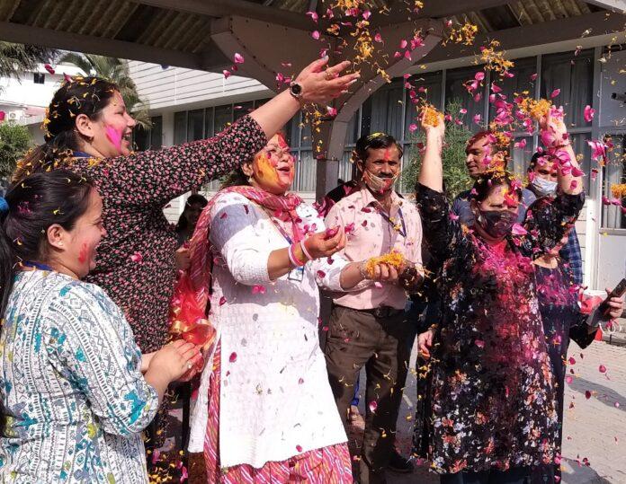 साईं इंस्टिट्यूट के शिक्षकों ने खेली गुलाल और फूलों की होली