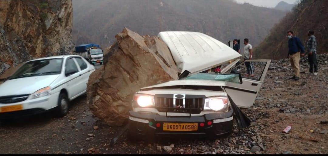 ऋषिकेश बदरीनाथ राजमार्ग पर बोलेरो वाहन पर भारी बोल्डर गिरा, दो घायल