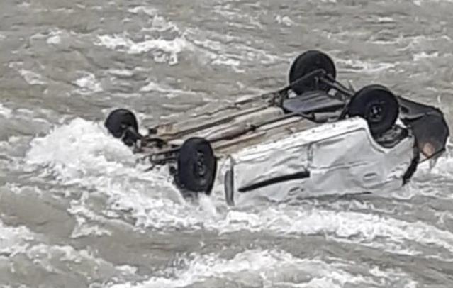 ऑल्टो कार मंदाकिनी नदी में समाई, चालक लापता