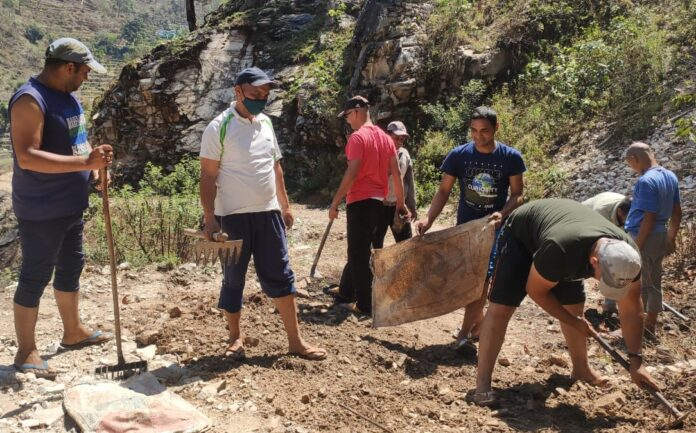श्रमदान से सड़क मरम्मत का कार्य कर ग्रामीणों ने पेश की मिसाल