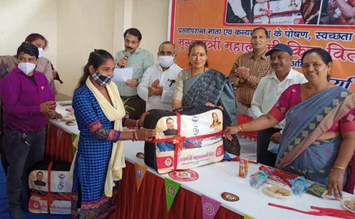 मंत्री रेखा आर्य ने किया 31 महिलाओं को मुख्यमंत्री महालक्ष्मी किट का वितरण