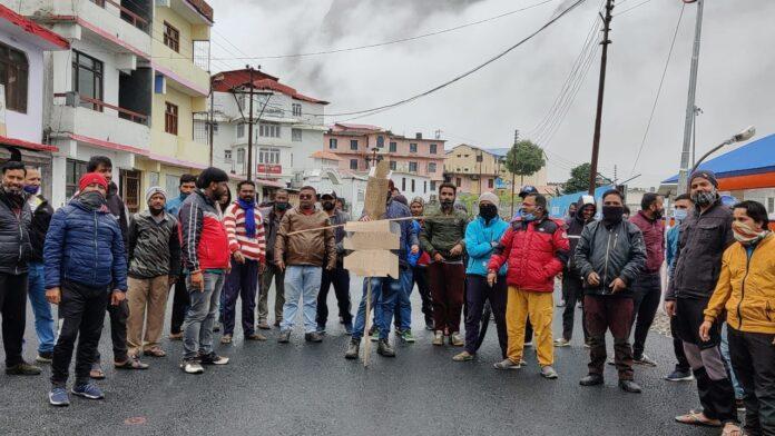 बद्रीनाथ धाम में आंदोलन के पांचवें दिन धर्मस्व मंत्री व विधायक की तलाश में निकाली जन आक्रोश रैली