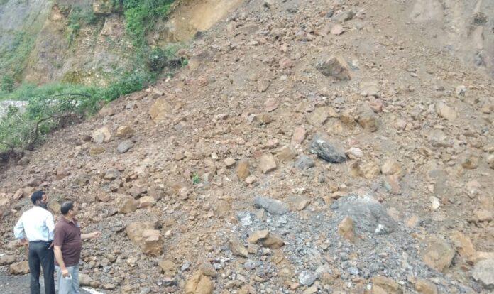 ऋषिकेश-चंबा राजमार्गः नरेन्द्रनगर के पास पहाड़ी से मलबा गिरने से हुआ बंद