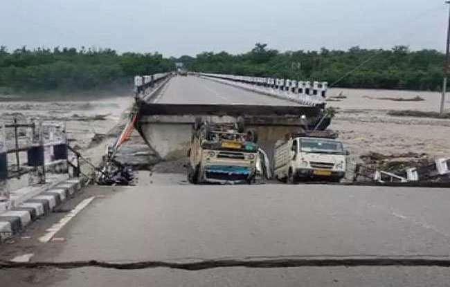 रानीपोखरी पुल के बीच का बड़ा हिस्सा टूटकर हुआ धराशाही