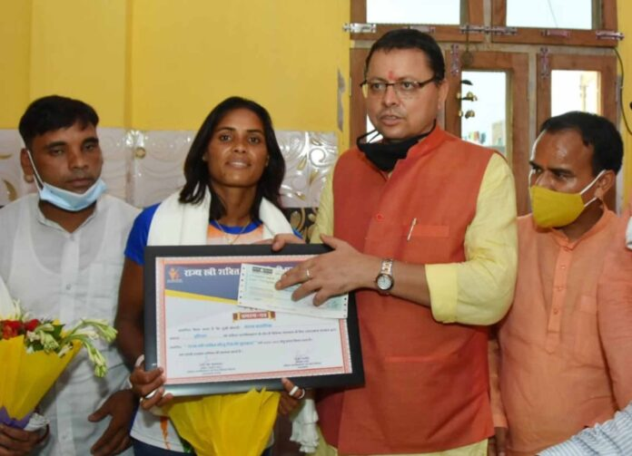 मुख्यमंत्री पुष्कर सिंह धामी ने वंदना कटारिया को ओलम्पिक में शानदार प्रदर्शन के लिए 25 लाख रूपये का चेक और तीलू रौतेली पुरस्कार से किया सम्मानित