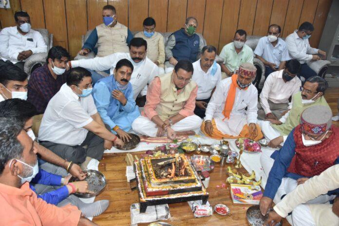 मुख्यमंत्री ने विधानसभा स्थित कार्यालय में पूजा अर्चना कर किया शासकीय कार्य शुरू