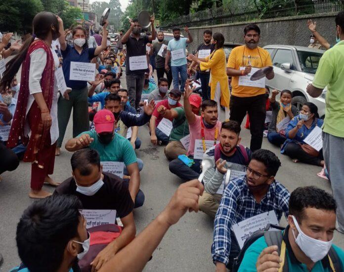 ताली थाली और नारेबाजी के साथ आक्रोशित डायट डीएलएड प्रशिक्षितों ने रैली निकाल किया सचिवालय घेराव