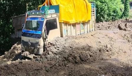 डीजल से भरा टैंकर अलकनंदा में समाया, दो लापता