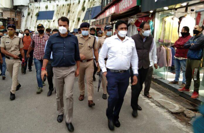 मसूरी बाज़ार से मॉल रोड भ्रमण के दौरान डीएम एवं एसएसपी ने बिना मास्क घूम रहे पर्यटकों को मास्क पहनने के लिए कहा