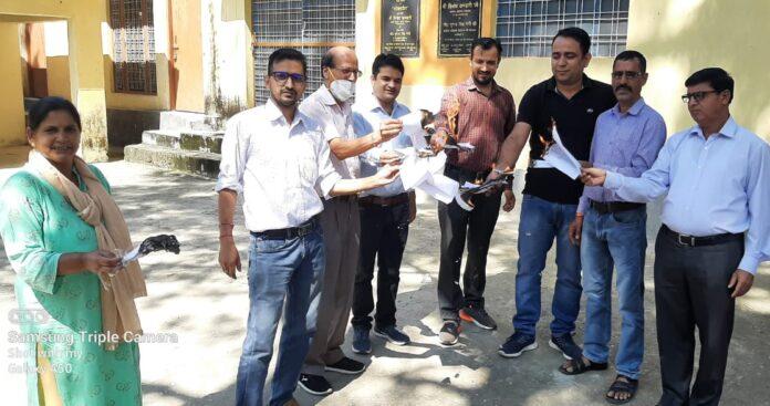 गोल्डन कार्ड के विरोध में कर्मचारियों शिक्षकों ने जलाई शासनादेश की होली