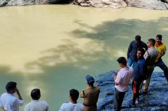 गहरी खाई में गिरी कार, लापता दो लोगों की तलाश जारी